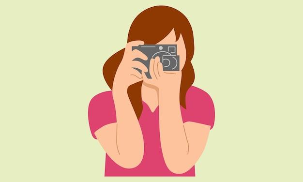 デジタルカメラで写真を撮る女性