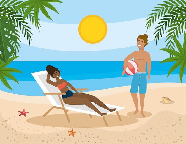 Женщина принимает солнце в кресле для загара и мужчина с мячом баха