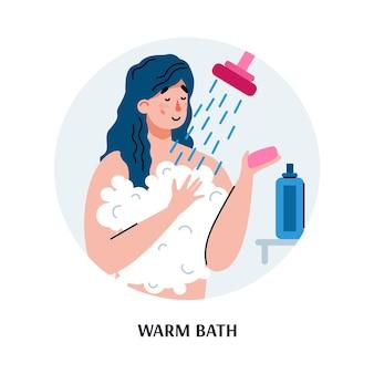 Женщина принимает теплый душ с мыльными пузырями в ванной комнате