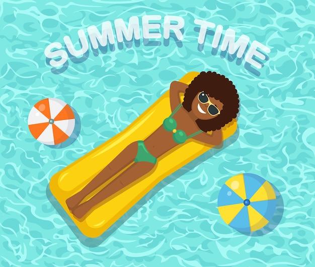 プールで日焼けする女性