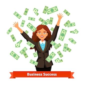 Женщина бросает зеленый доллар наличные деньги в воздухе