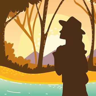 숲 나무 강에서 여자 여행자