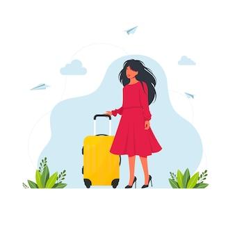 여자는 가방을 가지고 여행합니다. 가방을 든 여자. 벡터 일러스트 레이 션. 빨간 드레스 쇼핑 투어 개념에 가방을 가진 여자. 거대한 가방에 가방을 든 작은 여성 캐릭터. 관광객