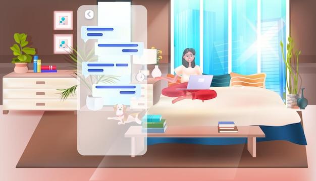 Женщина, использующая приложение для чата на ноутбуке, сеть социальных сетей, концепция онлайн-общения, интерьер спальни, полная горизонтальная векторная иллюстрация