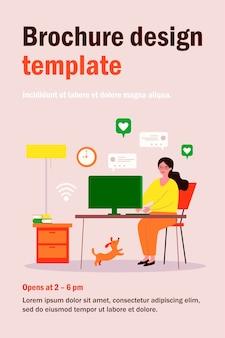 Женщина, использующая компьютер и болтающая онлайн у себя дома. блогер, домашнее животное, нравится плоская иллюстрация. социальные сети, блог, концепция коммуникации