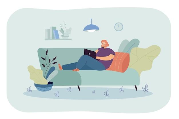 인터넷을 서핑하는 컴퓨터를 사용하는 여자. 소파에 앉아서 집에서 일하는 노트북과 소녀.