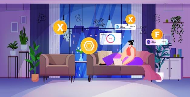 ラップトップで暗号通貨マイニングアプリケーションを使用している女性仮想送金アプリ銀行取引デジタル通貨の概念リビングルームインテリア水平全長ベクトル図