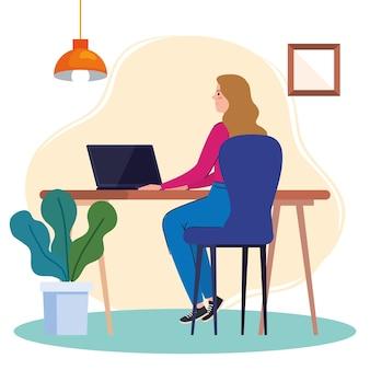 机の上のラップトップを使用して、オンラインイラストで働く女性