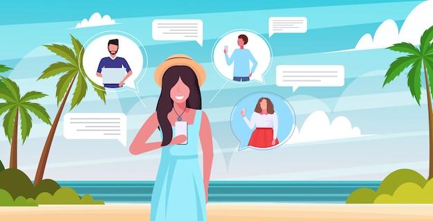オンラインモバイルチャットアプリソーシャルネットワーク音声チャットバブル通信の概念を使用して女性