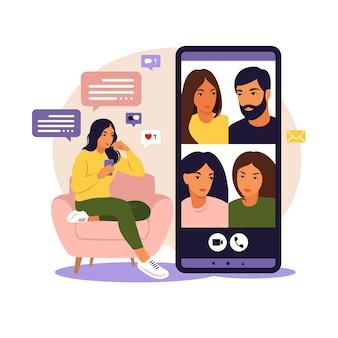 集合的な仮想会議やグループビデオ会議に電話を使用している女性オンラインで友達とチャットしている女性ビデオ会議リモートワークテクノロジーの概念