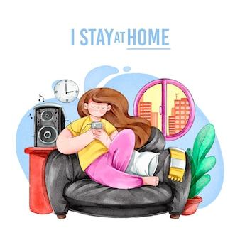 Женщина с помощью телефона, сидя на диване