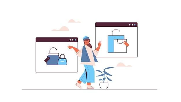 온라인 쇼핑 주문 및 전자 상거래 스마트 구매 지불을 위해 스마트 폰 응용 프로그램을 사용하는 여성