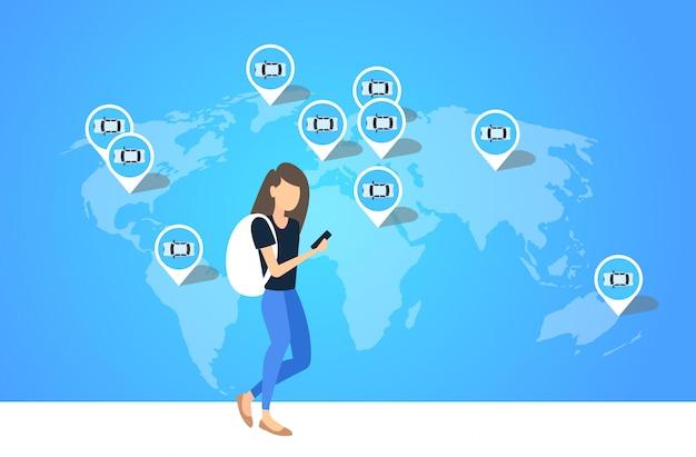 세계지도 전체 길이 가로에 택시 택시 렌트카 공유 교통 서비스 개념 위치 지리적 태그를 주문 스마트 폰 모바일 앱 소녀를 사용하는 여자