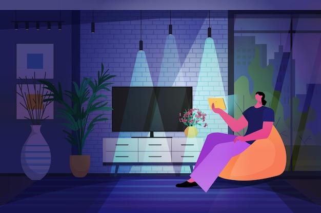 Женщина, использующая планшетный пк в темной ночной гостиной, концепция онлайн-общения в сети социальных сетей