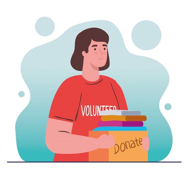Женщина добровольно держит ящик для пожертвований с концепцией пожертвований одежды, благотворительности и социальной помощи
