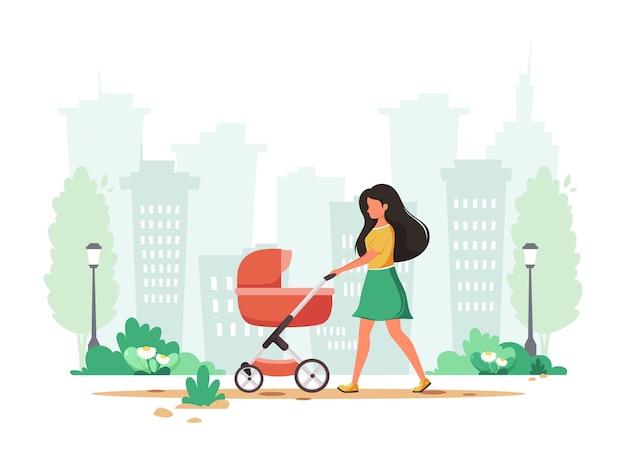 봄에 유모차와 함께 산책하는 여자. 실외 활동