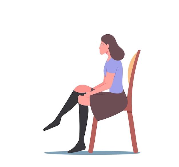 여자는 병든 다리 치료 및 예방 부종 또는 림프부종 질병 개념을 위한 압축 스타킹을 착용합니다. 여성 캐릭터 치료 정맥류 또는 혈전 정맥염. 만화 사람들 벡터 일러스트 레이 션