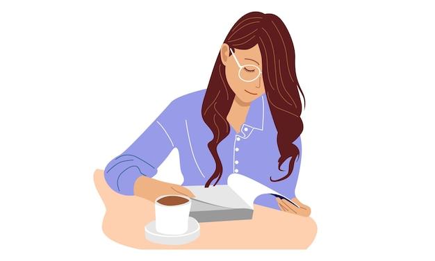 Женщина в очках читает книгу