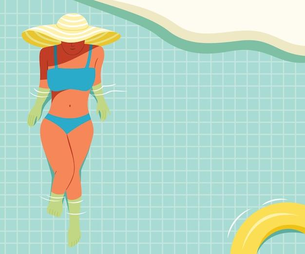Женщина носит бикини и купается в бассейне