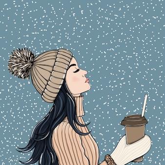 一杯のコーヒーを持つ女性