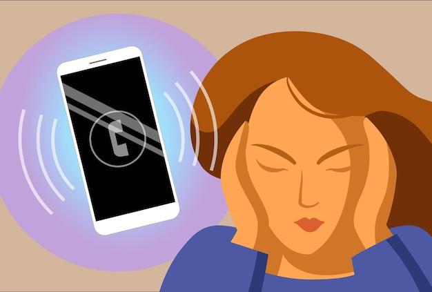 전화를 가진 여자입니다. 스마트폰과 함께하는 현대인의 삶. 일에서 산만. 성가신 전화