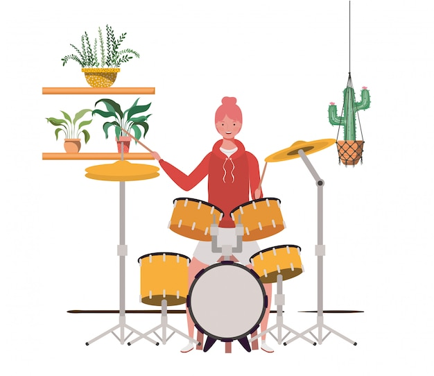 Женщина с барабанной установкой и комнатными растениями на вешалках с макраме