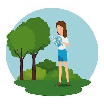 Donna con mappa globale e alberi con cespugli