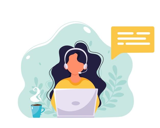 Женщина с наушниками и микрофоном работает на ноутбуке. обслуживание клиентов, помощь, поддержка, концепция call-центра. в плоском стиле.