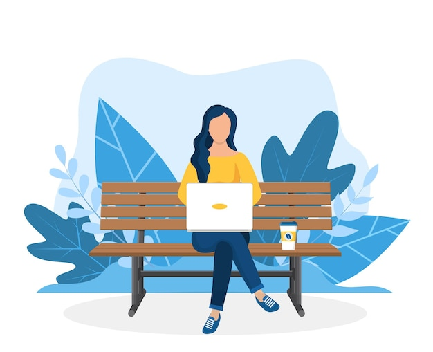Женщина с ноутбуком, сидя на скамейке