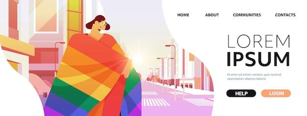 Женщина с радужным флагом лгбт гуляет по городской улице, парад гей-лесбиянок, парад гордости, концепция любви трансгендеров