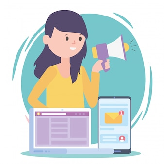 メガホンラップトップとスマートフォンマーケティングメールソーシャルネットワーク通信と技術を持つ女性