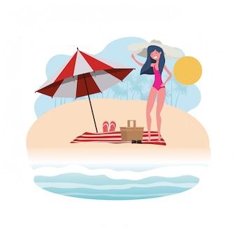 해변과 우산에 수영복을 가진 여자