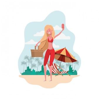 Donna con costume da bagno e paglia picnic