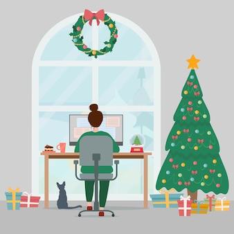 Женщина, работающая дома на компьютере уютное рождественское творческое рабочее место домашнего офиса с елкой