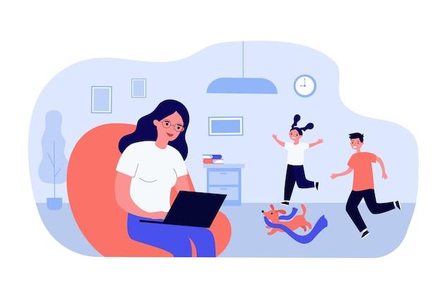 Женщина, работающая дома с помощью компьютера