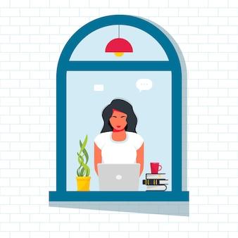 Женщина, работающая на ноутбуке из окна улицы. деловая женщина, работающая удаленно дома, сидя за ноутбуком на подоконнике. изоляция, карантин. фриланс, онлайн-обучение, концепция работы на дому