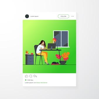 ホームオフィスで夜に働く女性は、フラットベクトルイラストを分離しました。仕事の後半にコンピューターやデザイナーを介して学ぶ漫画の女子学生