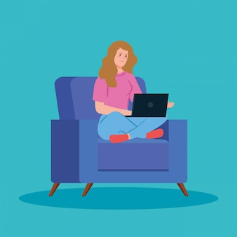 소파에서 노트북으로 재택 근무하는 여자