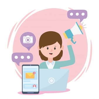 ノートパソコンのスピーカーとスマートフォンのソーシャルネットワークで働く女性