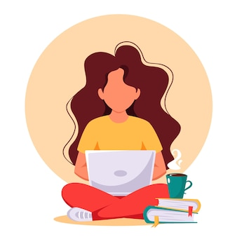 Женщина, работающая на ноутбуке. фриланс, удаленная работа, онлайн-обучение, работа на дому.
