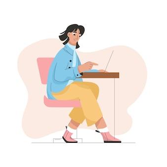 オフィスや自宅でラップトップに取り組んでいる女性