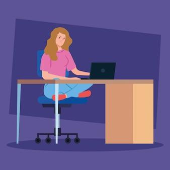 책상에 노트북으로 재택 근무 여자