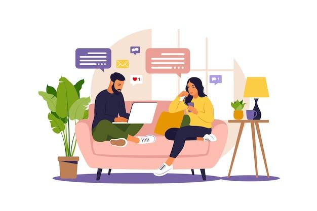 Женщины и мужчина, сидящие на диване и работающие в интернете дома. внештатное онлайн-образование или концепция социальных сетей