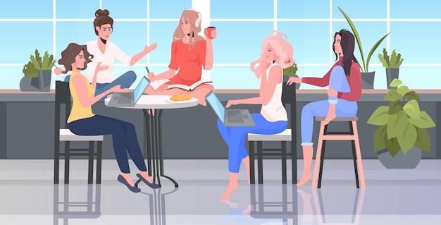 Женщины обсуждают во время встречи в зоне конференции движение за расширение прав и возможностей женщин девушка сила концепция союза феминисток