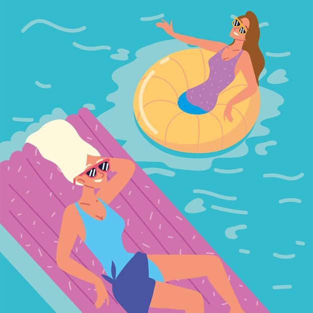 Женщины, наслаждающиеся в бассейне