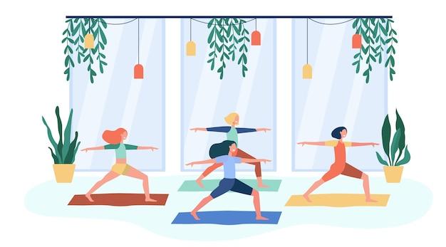 피트니스 클럽에서 운동하고 요가 수업에 참석하고 전사에 서있는 여성들은 매트에 포즈를 취합니다. 신체 활동, 체조, 라이프 스타일 개념에 대한 평면 벡터 일러스트 레이 션