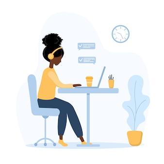 女性のフリーランス。テーブルに座ってラップトップをヘッドフォンでアフリカの女の子。在宅勤務、勉強、教育、コミュニケーション、健康的なライフスタイルの概念図。フラットスタイルのベクトル。