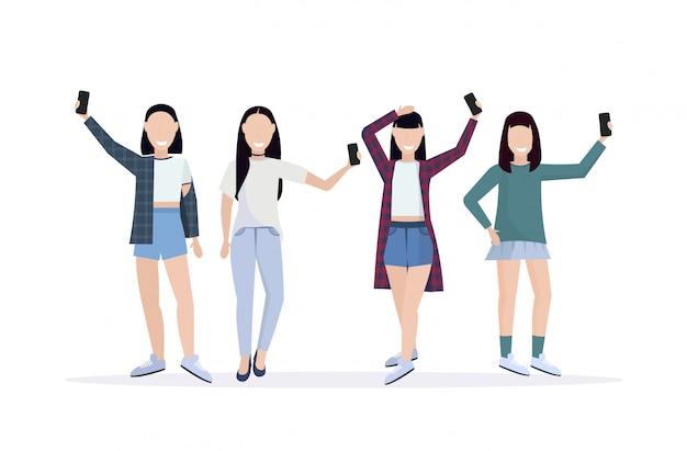 Группа женщин, делающая селфи фото на камеру смартфона, случайные персонажи женского мультфильма фотографирование в разных позах белый фон полная длина горизонтальный