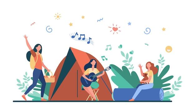 テントの近くで休憩して歌を歌っている女性。