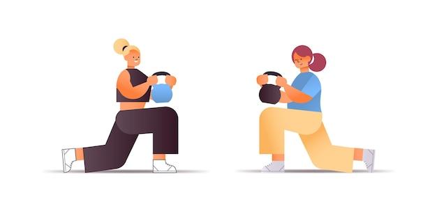 Женщины в спортивной одежде делают физические упражнения с гирями концепция здорового образа жизни